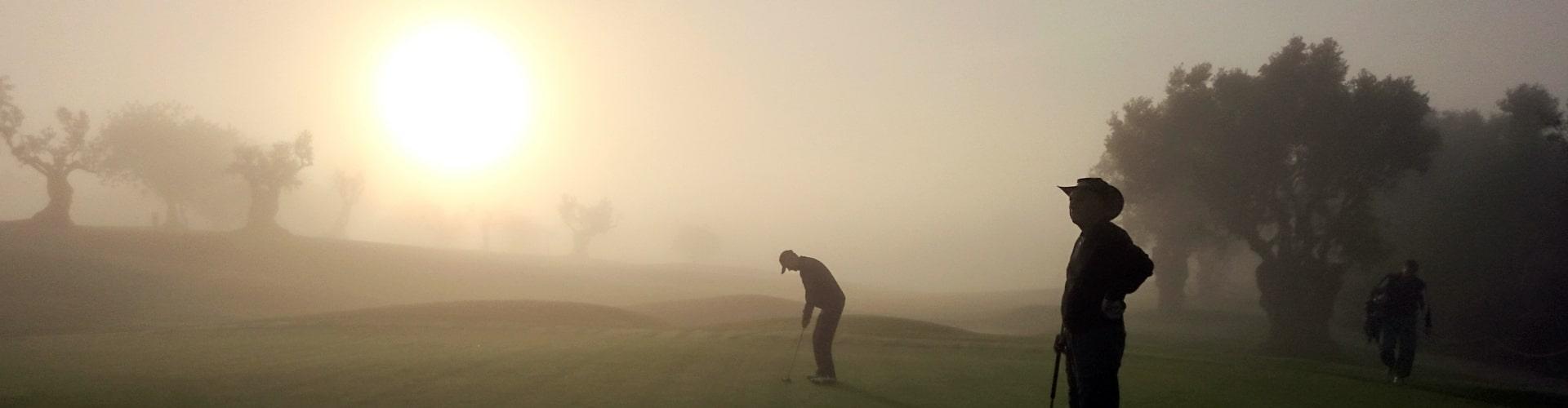 Golfen im Morgennebel