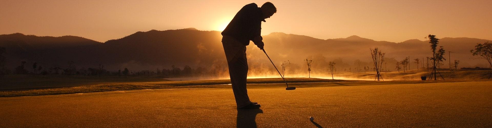 Golfer im Abendlicht